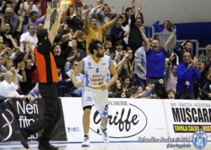 Gianluca Basile e l'esultanza dei tifosi sullo sfondo