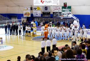 Roster e staff dell'Orlandina Basket in campo prima della palla a due