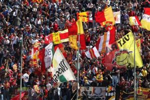 Sventolano bandiere e vessilli giallorossi nel cuore del tifo