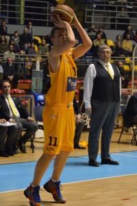 Stefano Pillastrini osserva un tiro del giovane Baldasso