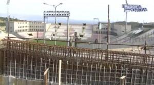 Il muro riedificato a tre anni dal crollo sovrasta la Tribuna Nord dello stadio San Filippo