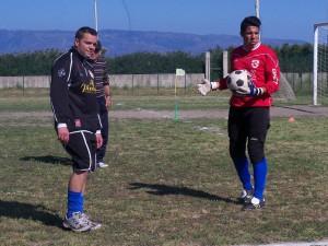 Da sinistra il portiere della prima squadra Paolo Di Pietro, mentre allena il giovane Cisterna (scatto di R.S.)