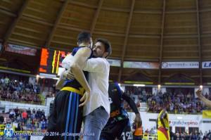L'abbraccio tra Pozzecco e capitan Soragna