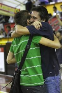 L'abbraccio al PalAlberti tra il Ds Giuseppe Sindoni e Gianmarco Pozzecco