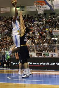 Dominique Archie contro la Tezenis in uno scatto di Alessandro Denaro