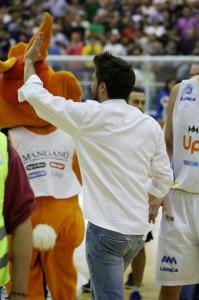 Gianmarco Pozzecco festeggia il 2-0 nella serie contro Barcellona (foto Denaro)