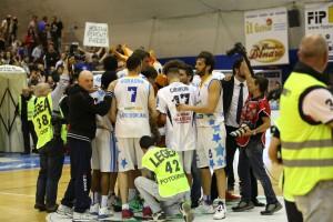 La squadra festeggia la vittoria a fine gara