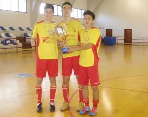 Tre ragazzi del Valle del Mela esibiscono il trofeo regionale Allievi