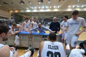 Un time out di Coach Buscaglia con i giocatori dell'Aquila Trento