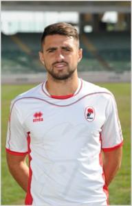 Il difensore Errico Altobello con la maglia del Bari, con cui ha esordito in B. Il suo cartellino è di proprietà del Parma
