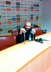 Maurizio Buscaglia in posa in sala stampa con la medaglia promozione