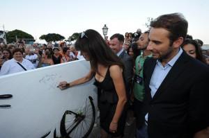 """Maria Grazia Cucinotta firma la scultura de """"Il Postino"""""""