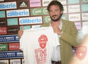 Il Poz posa con una t-shirt celebrativa del suo ritorno a Varese