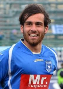 Un primo piano dell'attaccante Luca Orlando con la divisa della Paganese
