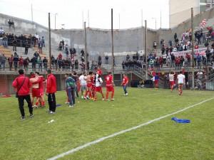 I momenti dei festeggiamenti per la permanenza in Serie D nel play-out con il Città di Messina