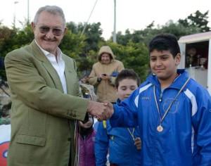 Il padrone di casa al centro sportivo Messina Sud, nonché decano del calcio messinese, Nicola Trimarchi, mentre premia uno dei piccoli protagonisti
