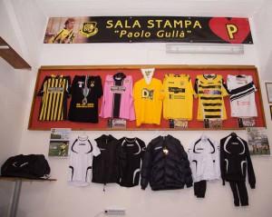 """Sala Stampa """"Paolo Gullà"""": Esposizione delle maglie della Tiger Brolo"""