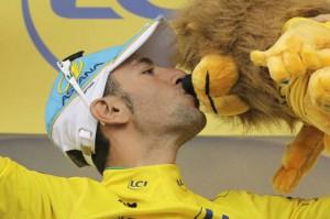 Nibali sul podio con la mascotte del Tour de France