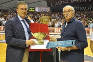 Griccioli riceve nel 2010 il premio di miglior allenatore del campionato di legadue alla giuda di Scafati
