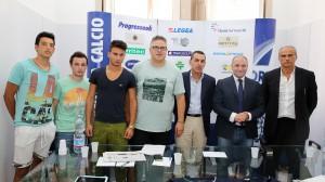 I calciatori Roberto Galipò, Giacomo Pallone ed Antonino Lo Nardo in posa con la proprietà