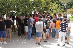 I tifosi presenti all'esterno del Municipio (foto Paolo Furrer)