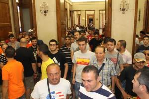 La marea di tifosi giallorossi che ha invaso i corridoi del Municipio (foto Paolo Furrer)