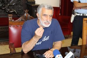 Il sindaco Renato Accorinti in conferenza stampa (foto Paolo Furrer)