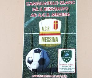 Il manifesto con cui il centro silano accoglie il Messina (foto Paolo Furrer)
