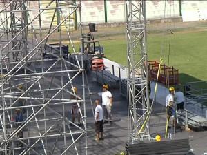 Maestranze al lavoro per l'allestimento del palco che nel 2010 ospitò Ligabue: da allora San Filippo non più sfruttato per simili eventi
