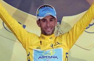 Nibali sorridente con la maglia gialla riconquistata