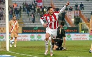 Bjelanovic celebra una rete siglata con la maglia del Vicenza