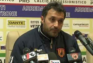 Carmelo Imbriani con la divisa del Benevento. Ignoffo era già stato in Campania per celebrarne la memoria