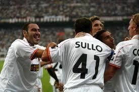 Giampà festeggiato dai compagni nel Milan-Messina 1-2