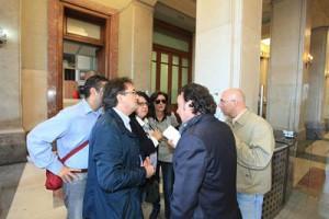 Il dirigente del Dipartimento Sport Salvatore De Francesco (di spalle) al Comune