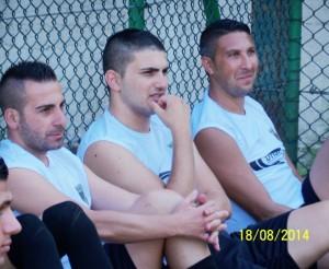Da sinistra i calciatori Ciccio Andaloro, Peppe Lauro e Daniele Di Bella mentre ascoltano il d.t. Alessandro (scatto di R.S.)