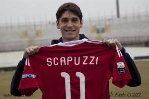 Il 23enne milanese in posa con la divisa del Varese, con cui ha collezionato 10 presenze in serie B