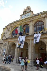 Il Teatro Vittorio Emanuele addobbato a festa per celebrare Vincenzo Nibali (foto Giovanni Mazzullo)