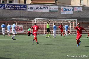 """L'esultanza dei calciatori del Due Torri dopo la prodezza di Dalì, migliore in campo al """"Vasi"""" (foto Carmelo Lenzo)"""