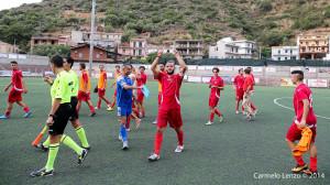 I calciatori del Due Torri ringraziano il pubblico a fine gara