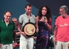 Il corridore messinese riceve la splendida moneta in ceramica realizzata da Cecilia Caccamo (Roberto Lembo)