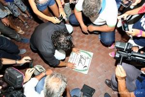 """La posa autografa della """"mattonella"""" di Tomba"""