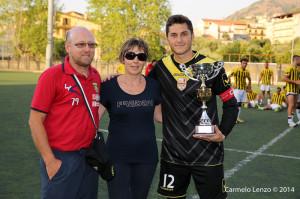 Il portiere Ettore Lagomarsini ritira il trofeo destinato all'ACR