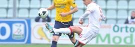 Il centrocampista del Varese Loris Damonte, che arriva in prestito a Messina, in azione nel match con il Modena
