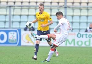 Il centrocampista del Varese Loris Damonte in azione nel match con il Modena