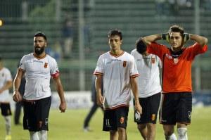 Lo scoramento dei calciatori del Messina dopo la sfida persa a Pagani un anno fa