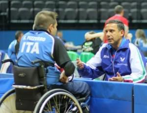 Alessandro Arcigli dispensa consigli ad un atleta