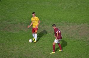 Il centrocampista del Città di Messina Costa gestisce un possesso (foto Omar Menolascina)