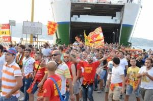 Lo sbarco dei tifosi del Messina a Villa San Giovanni: una festa che i sostenitori giallorossi vogliono replicare a quattro mesi e mezzo di distanza