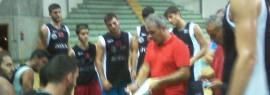 Pippo Sidoti disegna gli schemi ai propri giocatori