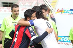 L'abbraccio tra D'Alterio e Ccrona nel match dello scorso marzo